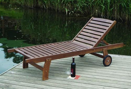 Dřevěné zahradní lehátko s kolečky