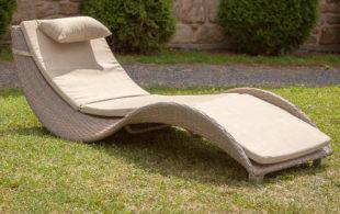 Béžové relaxační lehátko z umělého ratanu