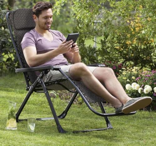 Pohodlné polstrované křeslo pro relaxaci na zahradě