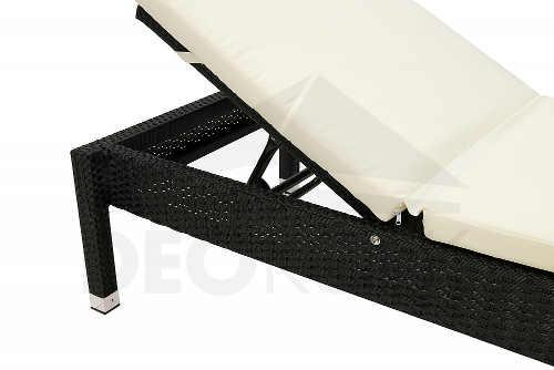 Moderní ratanové lehátko v černo-bílé variantě