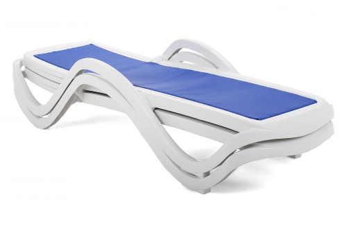 Zahradní lehátko z plastu v modro-bílé variantě